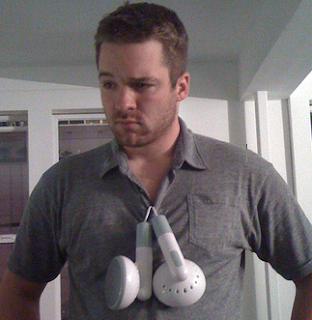 http://1.bp.blogspot.com/_Bz3BLXXQ7XA/SEYAjIF0tXI/AAAAAAAAEhg/ssWsLUtOv-E/s320/Big+Earbuds+iPhone.png