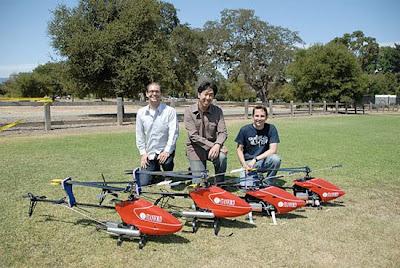 El Team de la universidad de Stanford junto a sus helicópteros R/C