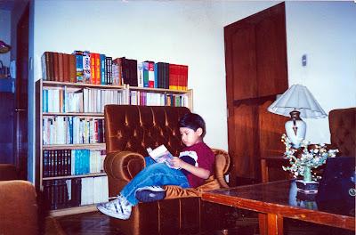Rodrigo leyendo 'La Casa de Cartón' cuando tenía 9 años. Hoy cumplió trece y ya no lee tanto como quisiera. Se dedica sólo a ver cine clásico y a descubrir películas viejas