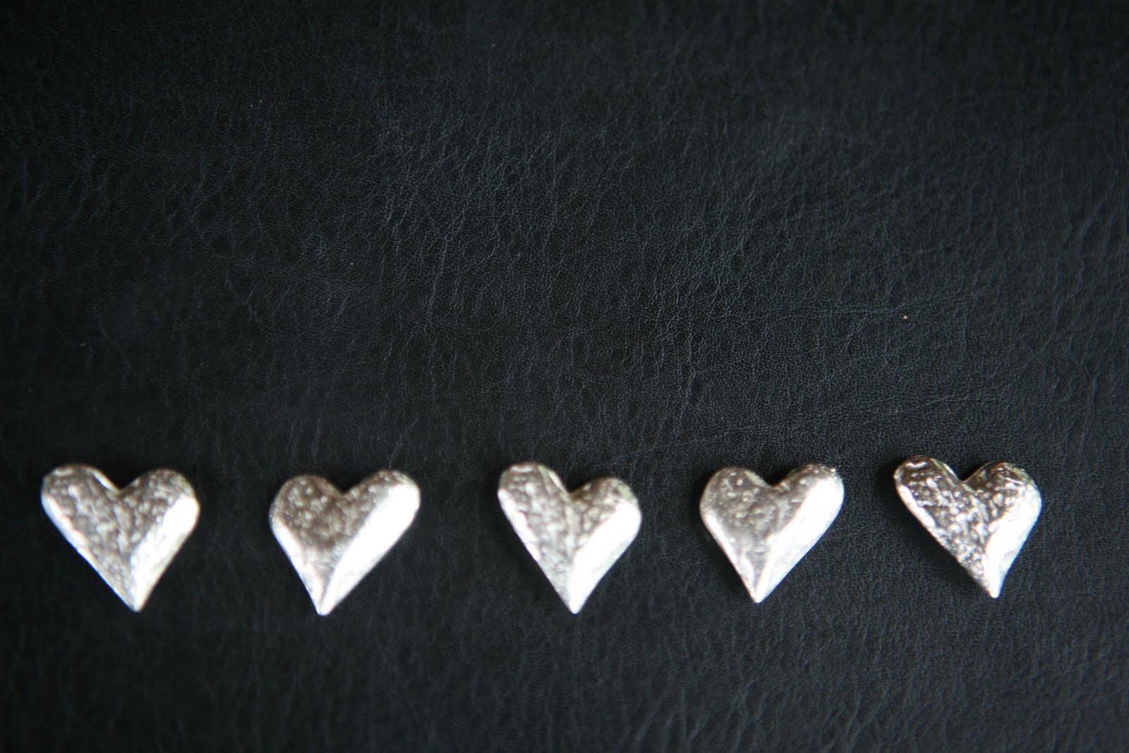 http://1.bp.blogspot.com/_C6brulQYN5U/TBUUY_XekEI/AAAAAAAAABw/ovzEsueFj7Y/s1600/5+hearts+black+journal.JPG