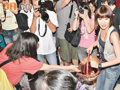 Tavia Yeung distributes mooncake