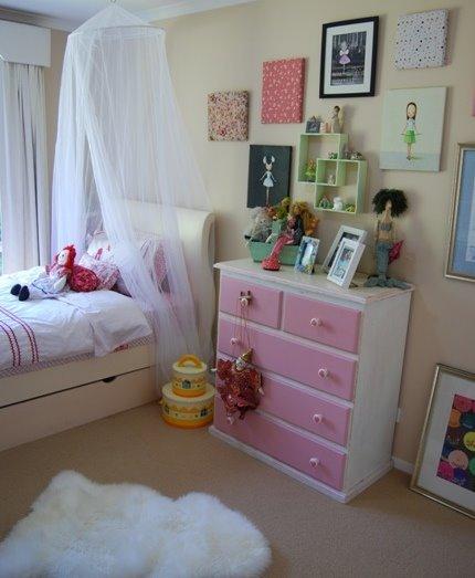 [ella+room2.JPG]