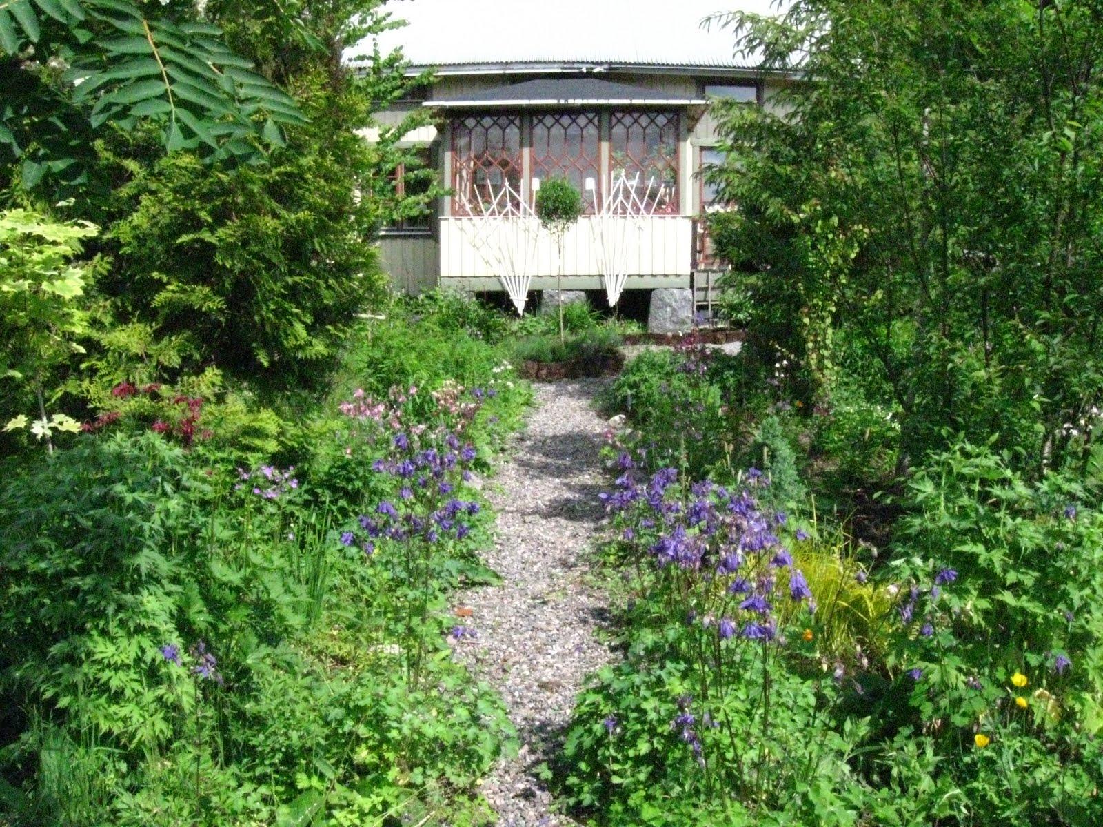 Blomsterbo: förmiddag i trädgården
