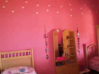 pintar parede rosa com desenhos corações