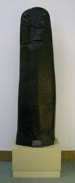 O monólito com o Código de Hamurabi.