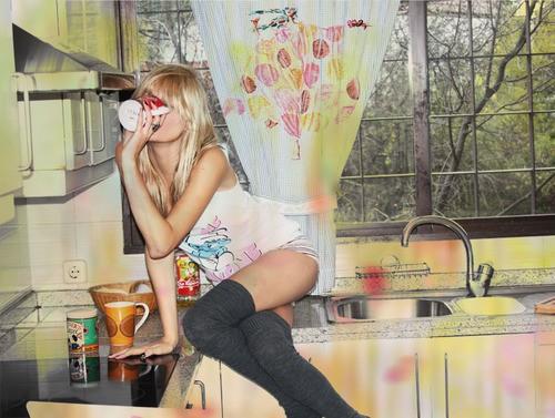 hudenkaya-blondinka-na-kuhne