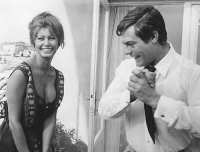 Marcello Mastroianni, no set de 'Ieri, Oggi, Domani', a olhar para o decote de Sophia Loren