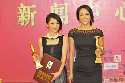 Zhou Xun (left) and Jiang Wenli share the Golden Rooster Best Actress Award.