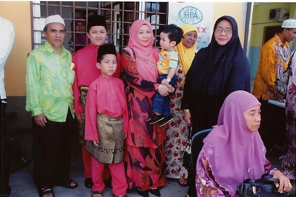 Onn Abdullah bersama Adik Muhammad dan keluarga.