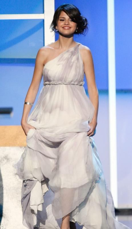 selena gomez style of dress and hair