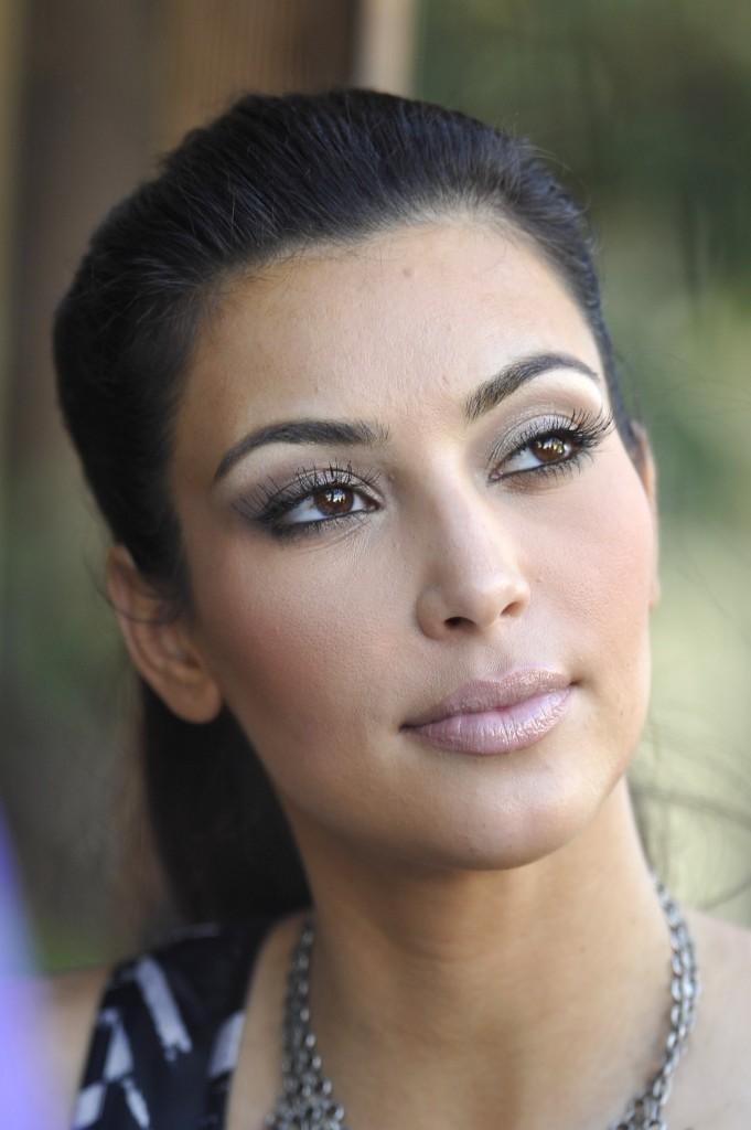 http://1.bp.blogspot.com/_Ca21XCsvg58/TP_ev3vUbYI/AAAAAAAACoU/kLqpaSYLlaE/s1600/kim-kardashian-ponytail-hairstyles-oct-2009-2-681x1024.jpg