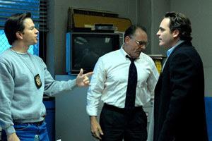 Mark Wahlberg y Joaquin Phoenix en La noche es nuestra