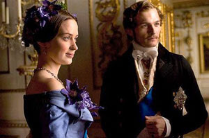 Emily Blunt y Rupert Friend en La reina Victoria