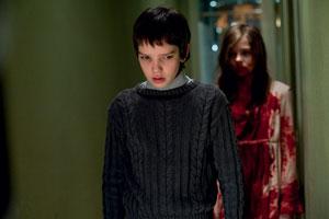 Kodi Smit-McPhee y Chloë Moretz en Déjame entrar (2010)