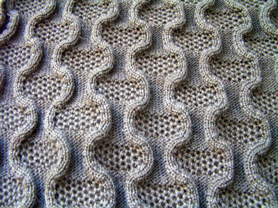 Это чудесное фанговое переплетение на двух фонтурах можно сделать основой мужского пуловера, а можно - шапочки.