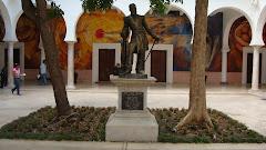 Otra estatua: Jesús García Morales.