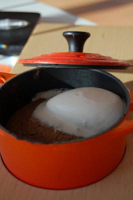Cocotte de souffle de chocolate y helado de avellanas