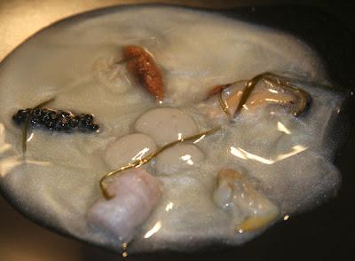 Sopa de nácar con fondo marino de moluscos, crustáceos y verduras