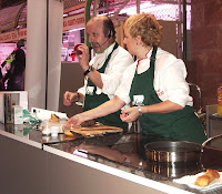 Alicia y Jesús María cocinando en el Mercado de Santo Domingo