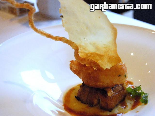 Cigalita en tempura con tocino, puré de patata asada y corteza crujiente