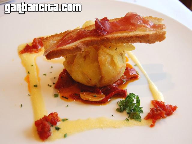 Huevo en costra de patatas fritas, pimientos de temporadas y tostadita de ajo
