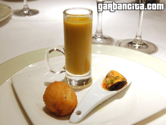 Apertivo: Crema de calabaza, mejillones con vinagreta de Martini y croqueta de ibérico