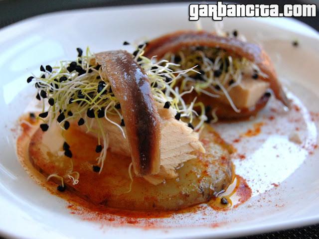 Aperitivo de bonito con patata confitada y germinados de cebolla