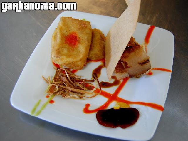 Ajedrez ibérico: Tocino fresco confitado, mano de cerdo deshuesada con costrón de pan, puré de orejones, salsa de piquillo de Lodosa y reducción de Oporto