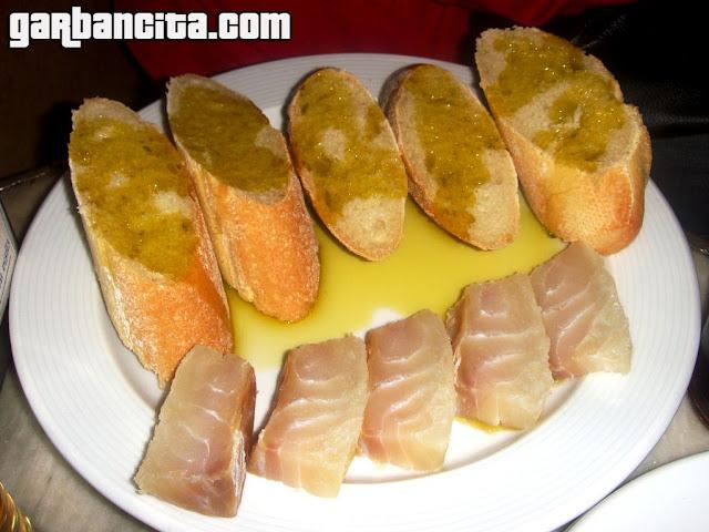 Bacalao con habas frescas, con pan y aceite de la Taberna de El Gorrión
