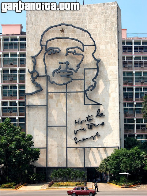 Mural de Ernesto Che Guevara en el edificio del Ministerio del Interior, en la Plaza de la Revolución