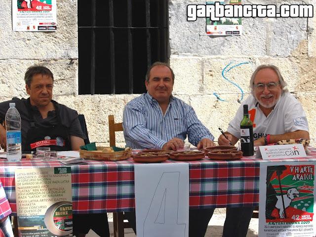 Iñaki Idoate y Ángelo Cambero del Peregrino, catando los guisos de cordero