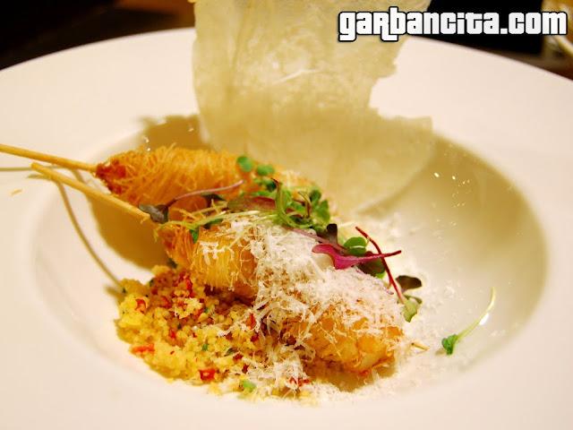 Langostinos kataiffi, cous cous de vegetales y mango