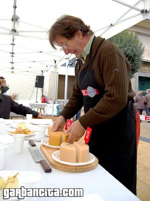 Joserra Aguiriano cortando los quesos