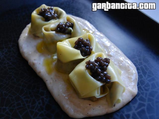 Raviolis wanton con ragut de setas mu-err, crema ahumada de avellanas y caviar de trufa