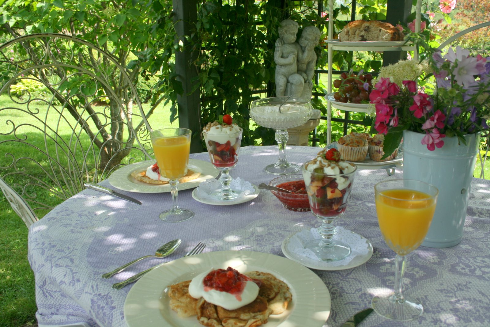 Aiken house gardens breakfast in the terrace for Breakfast terrace