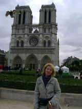 Adina in fata catedralei Notre-Dame