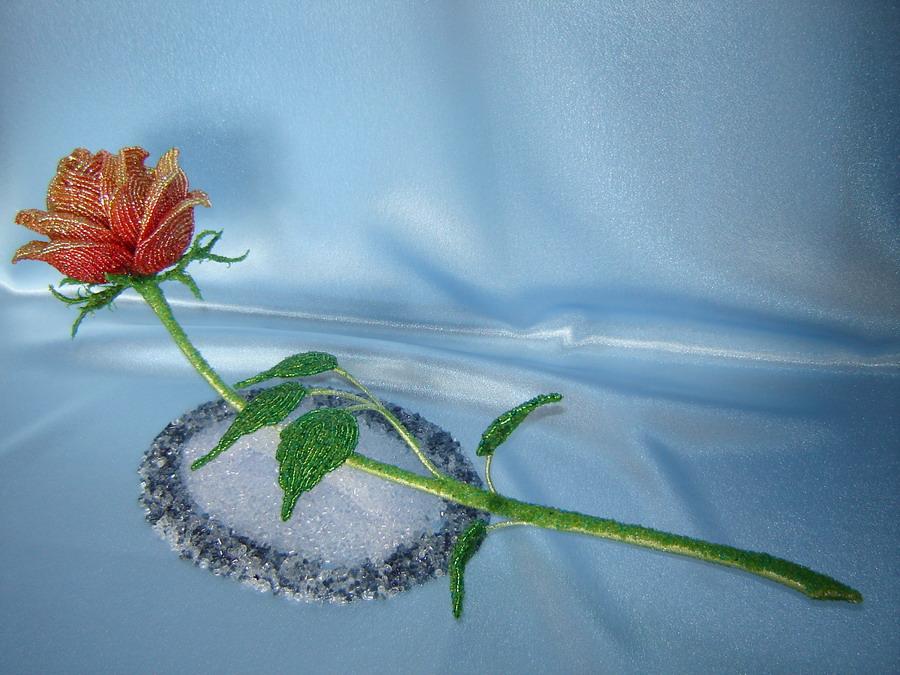 Бутон состоит из двух кругов лепестков по 3 в . Бутоны розы из бисера.  У меня в композиции 2 бутона.