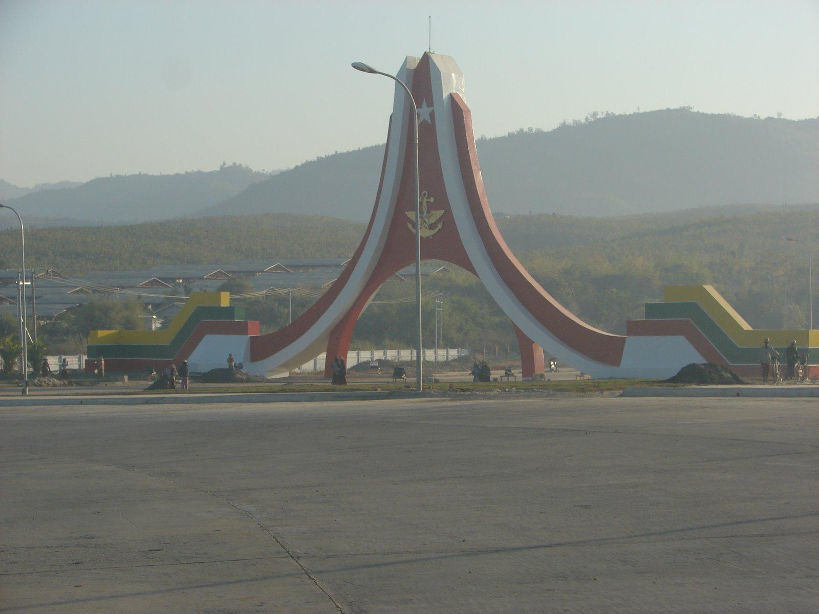 [Myanmar-Napyitaw-Jan+2006+023+--+Ceremonial+gate+at+the+entrance+of+Naypyitaw]