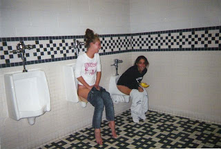 Inilah Foto Cewek Yang Tak Punya Sopan Santun Saat Kencing [ www.BlogApaAja.com ]