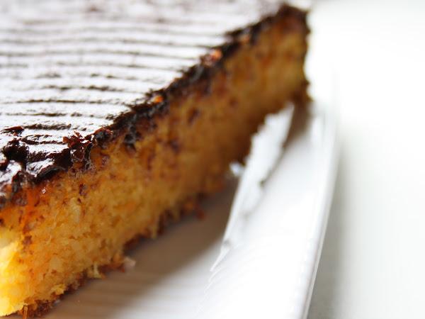 Torta alle carote, cocco e mandorle, glassata al cioccolato