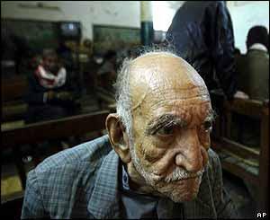 Старик в иракском кафе-кальянной. Фото AP