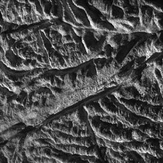 Cassini desvela el extraño mundo de la luna Encelado de Saturno