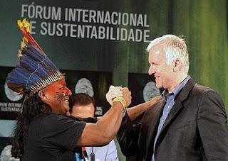 Cameron saluda al indio Jecinaldo Sateré, de la tribu Sateré Mawé en Brasil. Efe