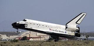 El transbordador aterriza en la base de la Fuerza Aérea Edwards. Efe