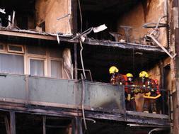 Bomberos de Londres trabajan en la zona afectada por el fuego. Efe