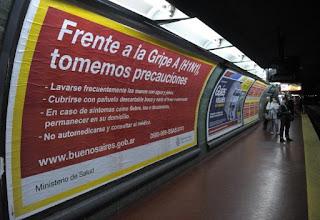 Un cartel con medidas para prevenir la gripe A(H1N1) colocado en una estación de metro de Buenos Aires. AFP