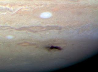 Una imagen de la cicatriz del impacto en Júpiter, tomada con el Telescopio Espacial Hubble, el 23 de julio de 2009, usando la nueva Cámara de Campo Amplio 3 (Wide Field Camera 3 o WC3, en idioma inglés) del telescopio Hubble