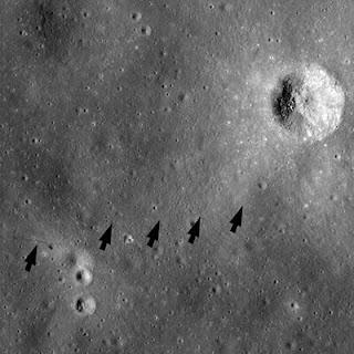 Rastro de dos astronautas del Apollo 14, visible en horizontal en la zona media de la imagen.- LRO