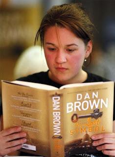 Una joven lee el nuevo libro de Dan Brown, en Sidney. REUTERS