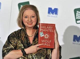 Hilary Mantel posa con su libro Wolf Hall tras recibir el premio - EFE